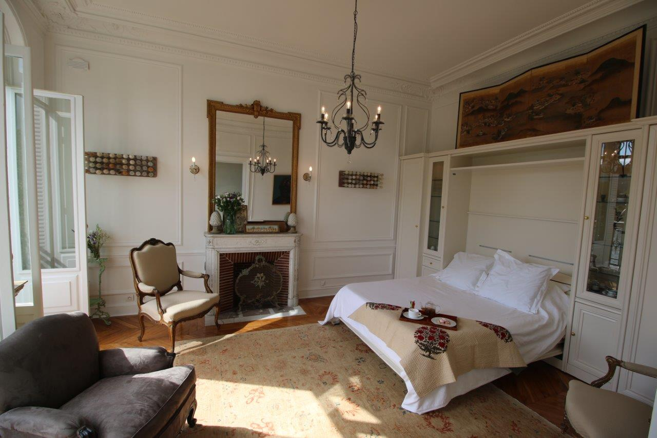 img_24-Petit-salon-with-luxury-murphy-bed